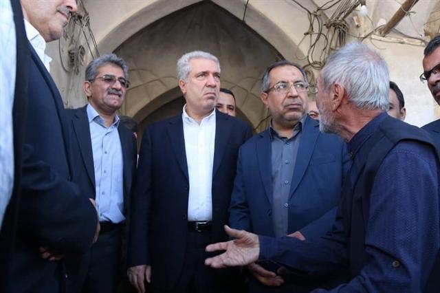 مونسان از بازار تاریخی قیصریه و باغ نشاط لارستان بازدید کرد