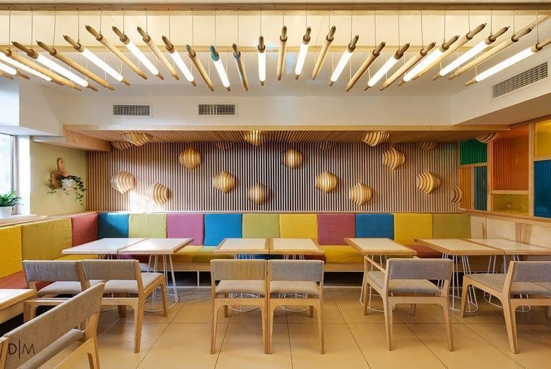طراحی داخلی کافه ای در اکراین با استفاده از رنگ و نور