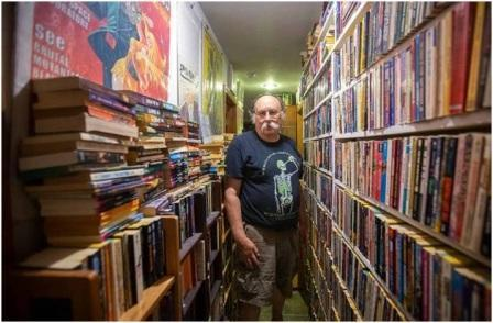 در این خانه هیچ کتابی فروشی نیست !