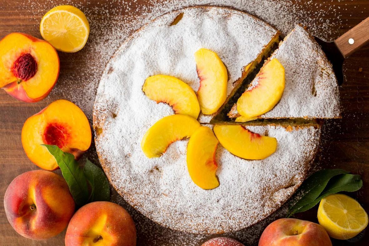 طرز تهیه کیک هلو مجلسی با بافتی نرم و اسفنجی بدون آب و روغن